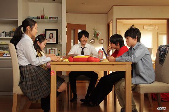 家政婦のミタ テーブルにつく阿須田家の面々