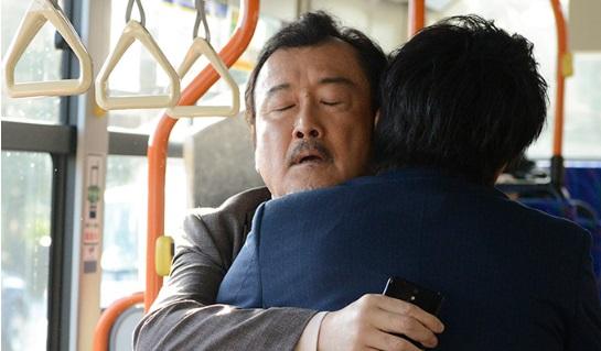 おっさんラブのバスの中で抱き合うシーン