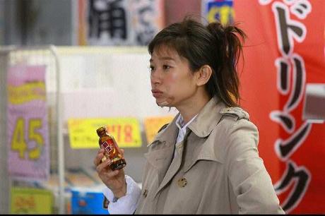 ラスト・シンデレラのドリンクを持つ篠原涼子