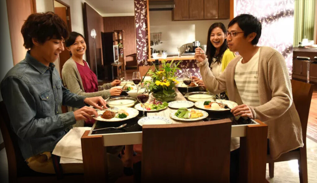 自宅で食事をする4人