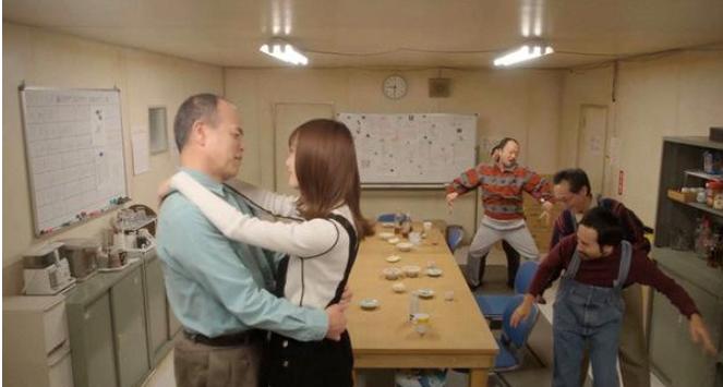 面白南極料理人の11話先着映像 内田理央と踊るおじさん