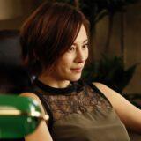 どっしりと椅子に腰掛ける米倉涼子