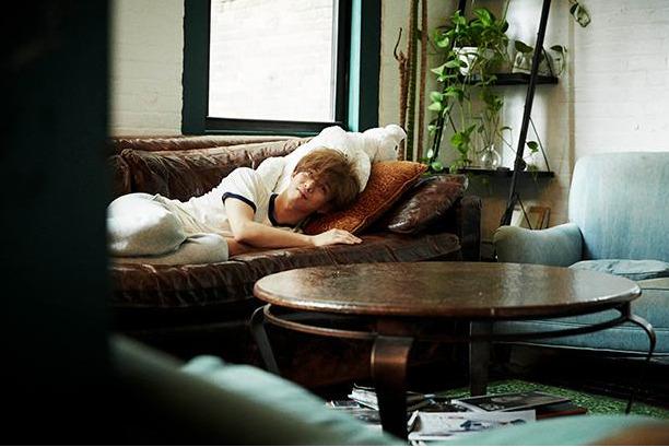 ソファに横たわる千葉雄大 写真集「彩り」