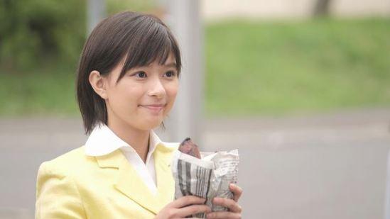 「チャンネルはそのまま」焼き芋を持つ芳根京子