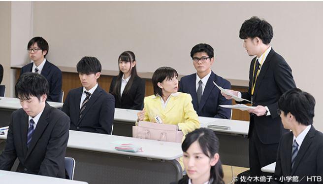 「チャンネルはそのまま」机に座る芳根京子
