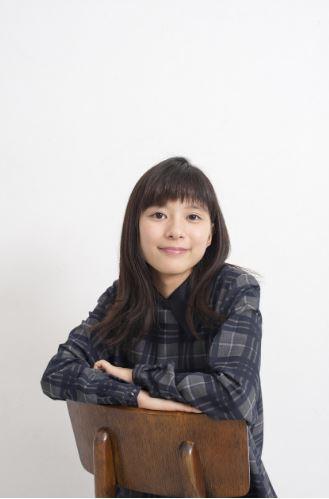 「チャンネルはそのまま!」に出演する椅子に座る芳根京子